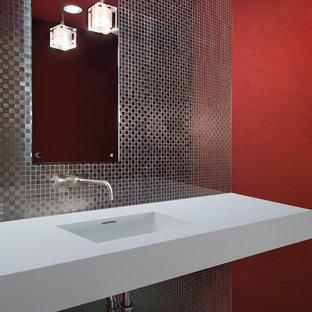 Foto de cuarto de baño con ducha, actual, de tamaño medio, con baldosas y/o azulejos grises, baldosas y/o azulejos de metal, paredes rojas, suelo de mármol, lavabo integrado, encimera de cuarzo compacto y suelo negro