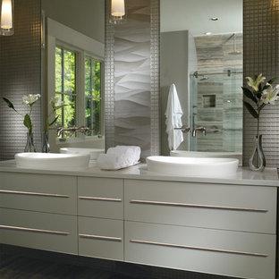 Ejemplo de cuarto de baño principal, actual, de tamaño medio, con lavabo encastrado, puertas de armario blancas, baldosas y/o azulejos grises, paredes grises, suelo vinílico, armarios con paneles lisos, ducha esquinera, baldosas y/o azulejos en mosaico y encimera de acrílico