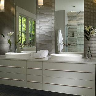 Ejemplo de cuarto de baño principal, moderno, de tamaño medio, con armarios con paneles lisos, puertas de armario blancas, sanitario de una pieza, paredes blancas, suelo de madera oscura y lavabo sobreencimera