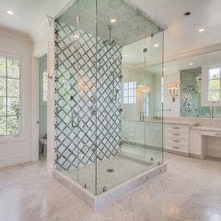 Ispirazione per un'ampia stanza da bagno padronale american style con ante in stile shaker, ante bianche, vasca ad alcova, doccia ad angolo, WC monopezzo, piastrelle bianche, piastrelle diamantate, pareti bianche, pavimento in marmo, lavabo sottopiano, top in marmo e pavimento bianco