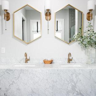 Foto på ett vintage badrum, med vita väggar och ett integrerad handfat