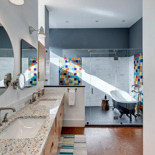 Стильный дизайн: главная ванная комната в стиле фьюжн с фасадами цвета дерева среднего тона, разноцветной плиткой, пробковым полом, коричневым полом, плоскими фасадами, ванной на ножках, душевой комнатой, белыми стенами, врезной раковиной, душем с распашными дверями и разноцветной столешницей - последний тренд