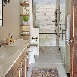 Idées déco pour une petite salle de bain craftsman avec un placard à porte shaker, des portes de placard en bois clair, un WC séparé, un carrelage multicolore, des carreaux de porcelaine, un mur beige, un sol en carrelage de porcelaine, un lavabo encastré, un plan de toilette en quartz modifié, un sol gris, une cabine de douche à porte battante et un plan de toilette gris.