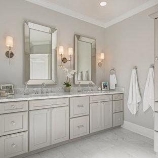 Inspiration för ett stort vintage vit vitt en-suite badrum, med släta luckor, beige skåp, en jacuzzi, en hörndusch, en toalettstol med hel cisternkåpa, grå kakel, marmorkakel, beige väggar, marmorgolv, ett undermonterad handfat, bänkskiva i kvarts, vitt golv och dusch med skjutdörr