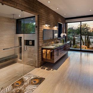 Idéer för amerikanska grönt badrum, med släta luckor, skåp i mörkt trä, en kantlös dusch, beige kakel, bruna väggar, ett undermonterad handfat, beiget golv och dusch med gångjärnsdörr