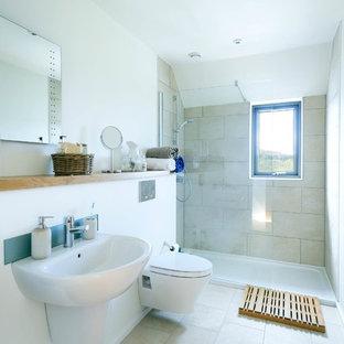 Foto di una stanza da bagno padronale contemporanea di medie dimensioni con ante a filo, ante in legno chiaro, doccia a filo pavimento, WC sospeso, piastrelle arancioni, piastrelle in ceramica, pareti bianche, pavimento con piastrelle in ceramica, lavabo da incasso e top in legno