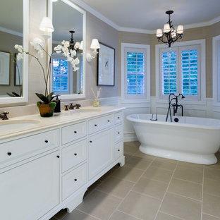 Großes Klassisches Badezimmer En Suite mit Schrankfronten im Shaker-Stil, weißen Schränken, freistehender Badewanne, beiger Wandfarbe, Keramikboden, Unterbauwaschbecken, Quarzwerkstein-Waschtisch und beigem Boden in Portland