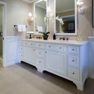 Ispirazione per una stanza da bagno tradizionale con ante con riquadro incassato, ante bianche, doccia ad angolo e piastrelle beige