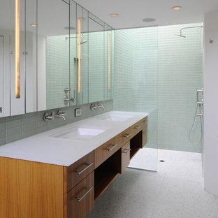Immagine di una stanza da bagno padronale minimal di medie dimensioni con lavabo integrato, ante lisce, ante in legno scuro, doccia a filo pavimento, WC monopezzo, piastrelle verdi, piastrelle di vetro, pareti verdi, pavimento in gres porcellanato e vasca ad alcova
