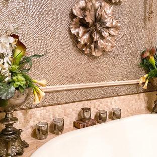 Foto på ett mellanstort beige en-suite badrum, med skåp i shakerstil, skåp i slitet trä, ett platsbyggt badkar, en dubbeldusch, en toalettstol med separat cisternkåpa, grå kakel, kakel i metall, beige väggar, klinkergolv i porslin, ett fristående handfat, bänkskiva i kvarts, beiget golv och med dusch som är öppen