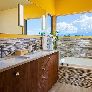 Esempio di una grande stanza da bagno padronale design con ante lisce, vasca da incasso, piastrelle multicolore, pareti gialle, pavimento in vinile, lavabo sottopiano, top in superficie solida, piastrelle a listelli, ante in legno scuro, doccia ad angolo e pavimento beige