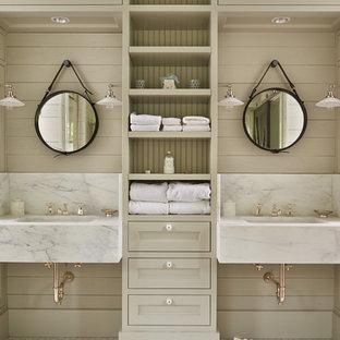 Foto di una stanza da bagno country con ante con riquadro incassato, ante grigie, pareti grigie e lavabo sospeso