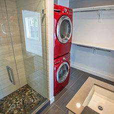 Midcentury Bathroom by Muve Real Estate