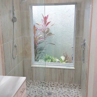 Diseño de cuarto de baño con ducha, moderno, de tamaño medio, con baldosas y/o azulejos beige, baldosas y/o azulejos de piedra caliza, paredes beige y suelo de baldosas de porcelana