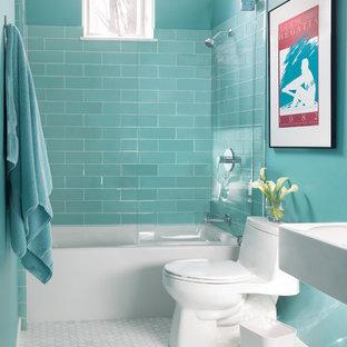 Ispirazione per una stanza da bagno classica di medie dimensioni con vasca/doccia, piastrelle di vetro, pavimento in marmo, lavabo sospeso, vasca ad alcova, WC monopezzo, piastrelle blu, pavimento bianco, doccia aperta e pareti blu
