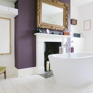 Esempio di una stanza da bagno vittoriana con vasca freestanding e pareti viola