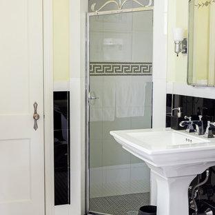 Esempio di una piccola stanza da bagno padronale minimal con lavabo a colonna, doccia alcova, WC a due pezzi, piastrelle nere, piastrelle in ceramica, pareti verdi e pavimento con piastrelle in ceramica