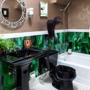 Foto di una piccola stanza da bagno bohémian con lavabo a colonna, vasca ad alcova, vasca/doccia, WC a due pezzi, piastrelle verdi, piastrelle di vetro e pavimento con piastrelle in ceramica