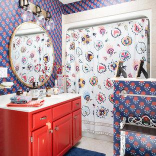 Idee per una stanza da bagno con doccia boho chic di medie dimensioni con ante con bugna sagomata, ante rosse, doccia alcova, piastrelle beige, pareti multicolore, lavabo integrato e doccia con tenda