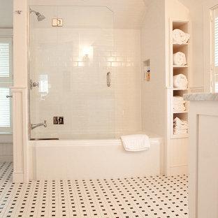 Ispirazione per una stanza da bagno classica con vasca ad alcova, vasca/doccia, piastrelle bianche e piastrelle diamantate