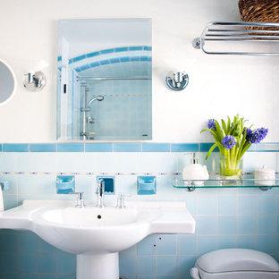 Inredning av ett eklektiskt badrum, med ett piedestal handfat och blå kakel
