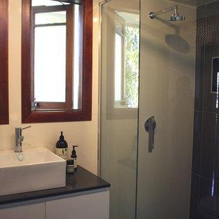 ブリスベンの地中海スタイルのおしゃれな浴室の写真