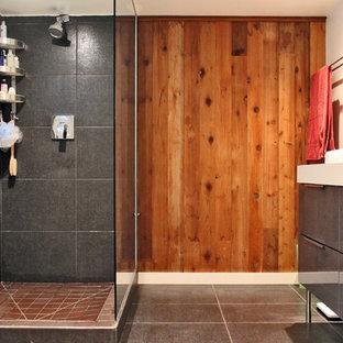 Ispirazione per una stanza da bagno eclettica con ante lisce, ante grigie, doccia ad angolo e piastrelle grigie