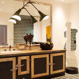 Inspiration för mellanstora moderna badrum, med ett nedsänkt handfat, luckor med infälld panel, skåp i mörkt trä, träbänkskiva, ett badkar i en alkov, en dusch/badkar-kombination, en toalettstol med separat cisternkåpa, grön kakel, porslinskakel och vita väggar