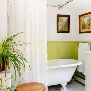 Ejemplo de cuarto de baño clásico con bañera con patas, combinación de ducha y bañera, sanitario de dos piezas, paredes blancas y suelo de madera pintada