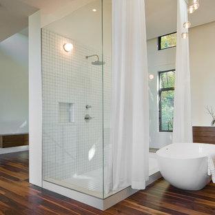 Diseño de cuarto de baño vestidor, moderno, con armarios con paneles lisos, puertas de armario de madera en tonos medios y bañera exenta