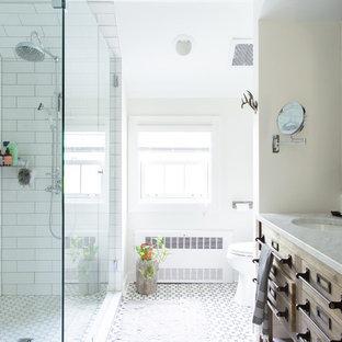 Idée de décoration pour une salle de bain champêtre avec un placard en trompe-l'oeil, des portes de placard en bois brun, une douche à l'italienne, un carrelage blanc, un mur blanc, un lavabo encastré, un sol multicolore, aucune cabine et un plan de toilette blanc.