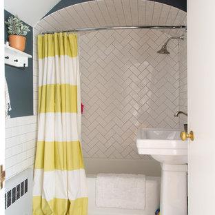 Esempio di una stanza da bagno con doccia country con vasca ad angolo, vasca/doccia, piastrelle bianche, piastrelle diamantate, pareti blu, pavimento con piastrelle a mosaico, lavabo a colonna, pavimento bianco e doccia con tenda