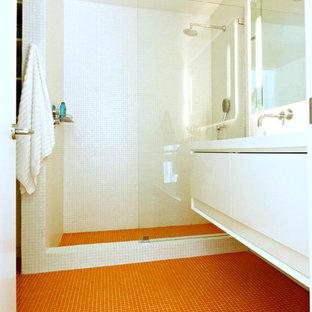Стильный дизайн: ванная комната в морском стиле с оранжевым полом - последний тренд