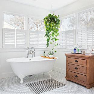 Imagen de cuarto de baño principal, romántico, con armarios tipo mueble, puertas de armario de madera oscura, bañera con patas, paredes blancas, suelo con mosaicos de baldosas y suelo blanco
