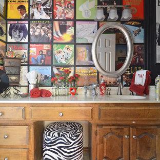 Foto på ett eklektiskt badrum, med ett integrerad handfat