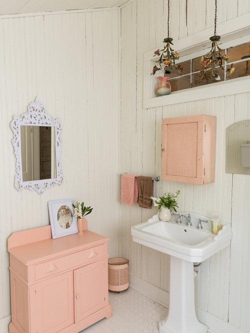 Shabby Look Badezimmer Mit Schrankfronten Mit Vertiefter Füllung, Lila  Schränken, Weißer Wandfarbe,