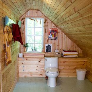 Удачное сочетание для дизайна помещения: ванная комната в стиле кантри с коричневыми стенами, деревянным полом, накладной раковиной, столешницей из дерева, зеленым полом и коричневой столешницей - самое интересное для вас