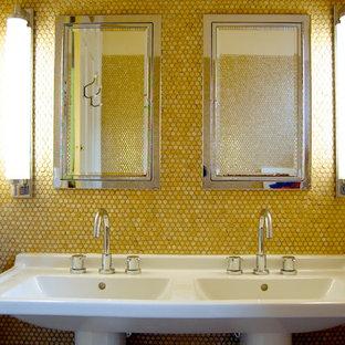 Foto di una stanza da bagno tradizionale con lavabo a colonna, pareti gialle e piastrelle gialle