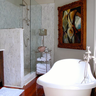 Klassisk inredning av ett badrum, med ett fristående badkar