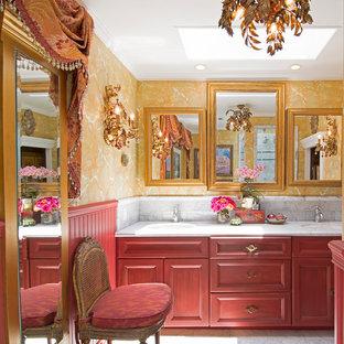 Esempio di una stanza da bagno vittoriana con ante con riquadro incassato, ante rosse, pareti gialle e lavabo sottopiano