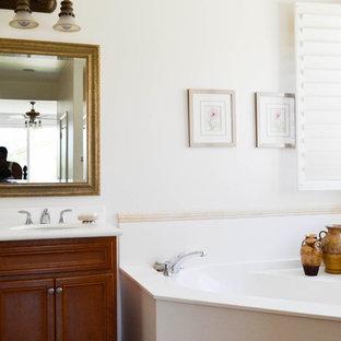 Esempio di una piccola stanza da bagno padronale mediterranea con ante in legno bruno, vasca ad angolo e pareti bianche