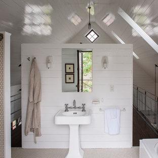 Modelo de cuarto de baño rústico con lavabo con pedestal