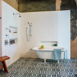 Imagen de cuarto de baño con ducha, ecléctico, con bañera con patas, ducha abierta, paredes multicolor, suelo de baldosas de cerámica, suelo negro y ducha abierta