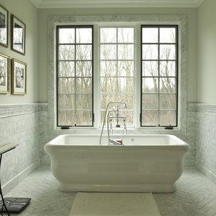 Klassisches Badezimmer mit freistehender Badewanne in Chicago