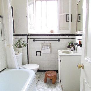Klassisches Badezimmer mit weißen Schränken, Eckbadewanne, Duschbadewanne, Wandtoilette mit Spülkasten, Metrofliesen, schwarz-weißen Fliesen, weißem Boden und weißer Waschtischplatte in Toronto