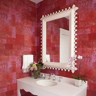 Imagen de cuarto de baño bohemio con lavabo bajoencimera, armarios tipo mueble, puertas de armario blancas y paredes rojas