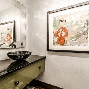 Ejemplo de cuarto de baño principal, asiático, grande, con armarios con paneles lisos, puertas de armario verdes, paredes blancas y lavabo sobreencimera