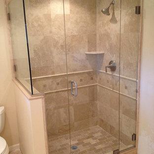 Foto på ett mellanstort vintage badrum med dusch, med en dusch i en alkov, beige kakel, kakelplattor, beige väggar och kalkstensgolv