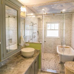 Maritimes Badezimmer mit Aufsatzwaschbecken, grünen Schränken, Löwenfuß-Badewanne, Duschnische und grauen Fliesen in Charleston