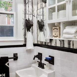 Idee per una stanza da bagno boho chic con ante di vetro, ante gialle, pareti multicolore e lavabo sospeso